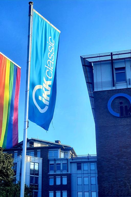 Regenbogenflagge vor dem IKK-Haus in Hamburg-Stellingen