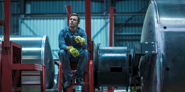 Wiedereingegliederter Handwerker macht eine Pause in der Werkstatt