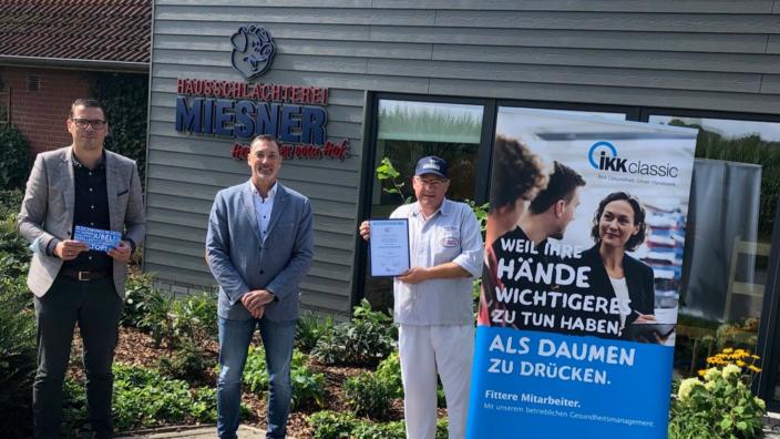 Markus Schrader und Andreas Plate von der IKK classic überreichen Bernd Miesner Preis und Urkunde
